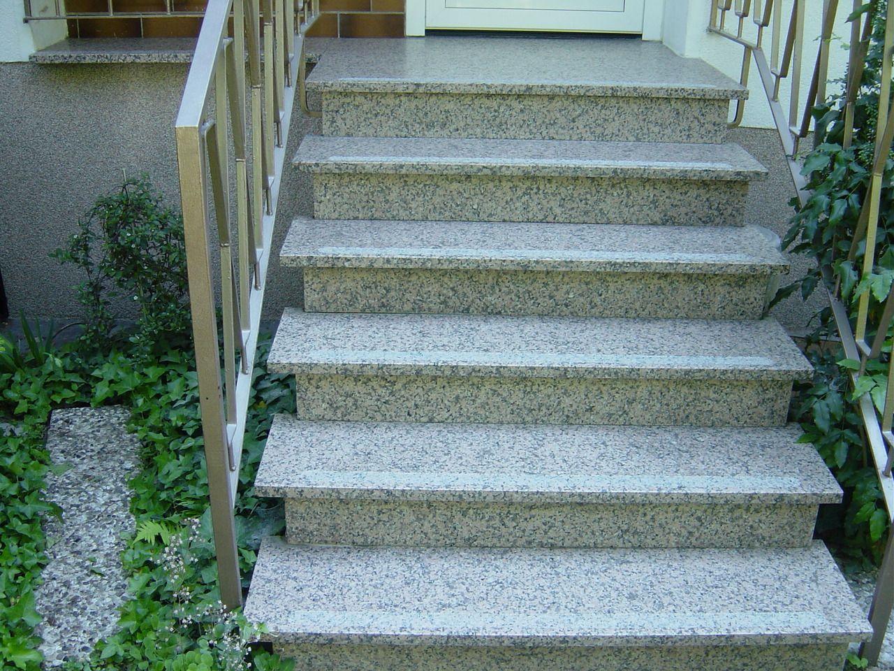 Eingangstreppe aus Granit mit gestocktem Streifen